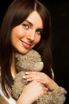 Frau, die einen teddybären hält