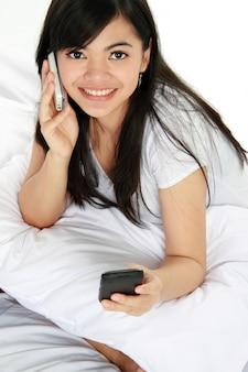 Frau, die einen telefonanruf beim schreiben einer nachricht hat