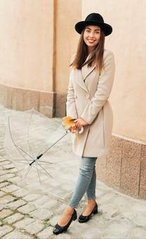 Frau, die einen transparenten regenschirm hält