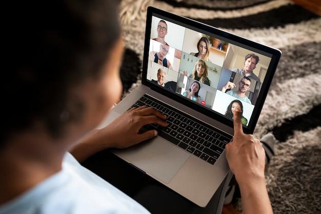 Frau, die einen videoanruf auf einem laptop macht