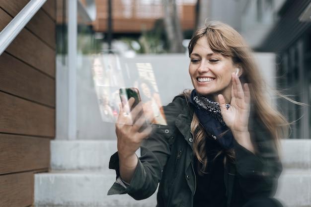 Frau, die einen videoanruf auf smartphone hat