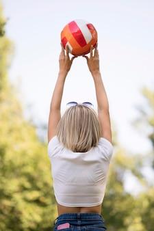 Frau, die einen volleyball hält