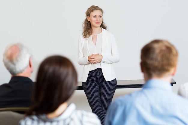 Frau, die einen vortrag vor einem publikum zu geben