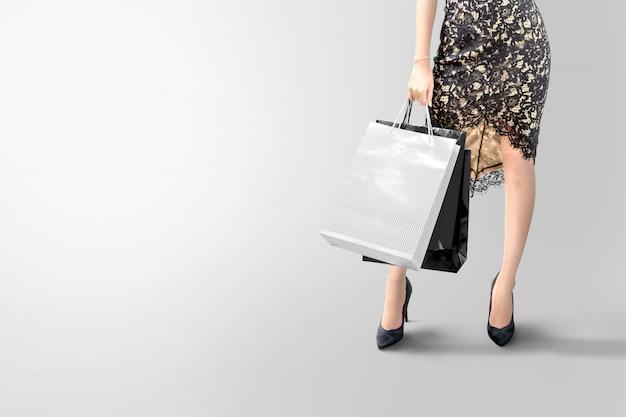 Frau, die einkaufstasche über grau hält