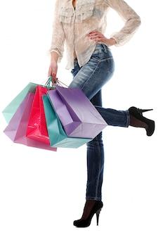 Frau, die einkaufstaschen hält