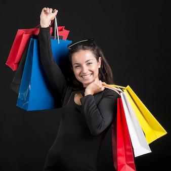 Frau, die einkaufstaschen schwarzen freitagseinkaufsereignis hält