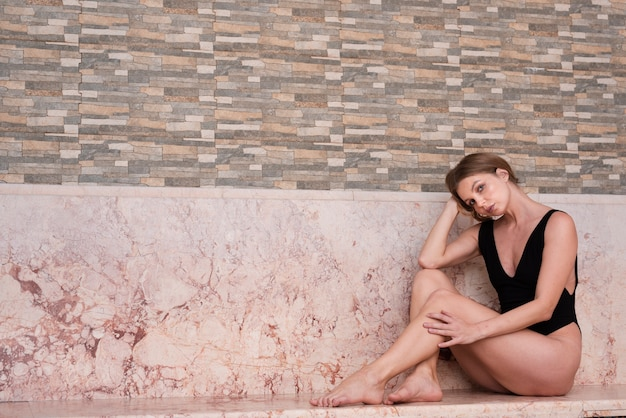 Frau, die elegant am badekurort aufwirft