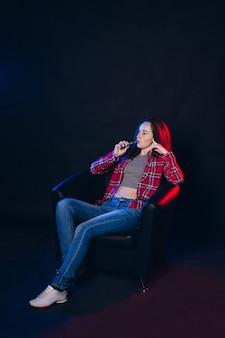 Frau, die elektronische zigarette mit rauch raucht