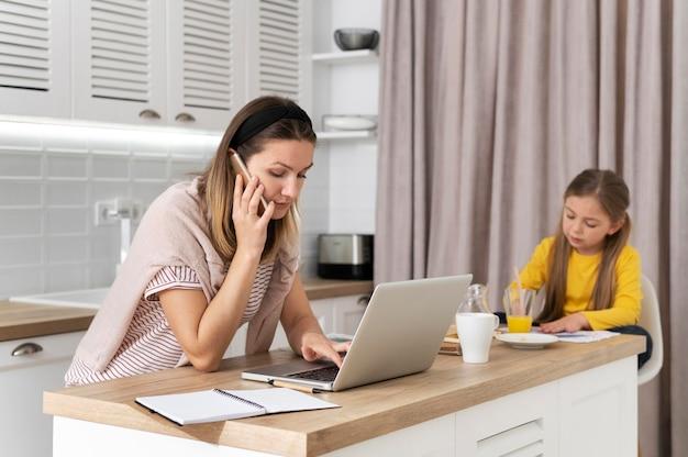 Frau, die entfernt mit kind arbeitet