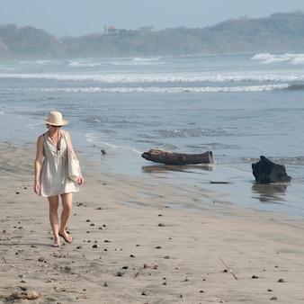 Frau, die entlang die küste in costa rica geht