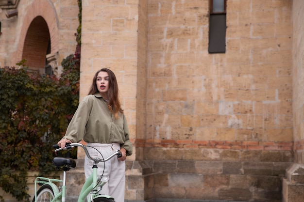 Frau, die entlang fahrrad im freien mit kopienraum geht