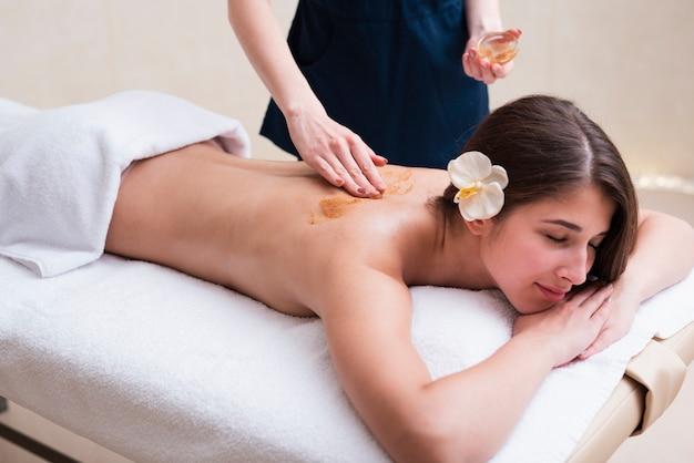 Frau, die entspannende massage am badekurort erhält