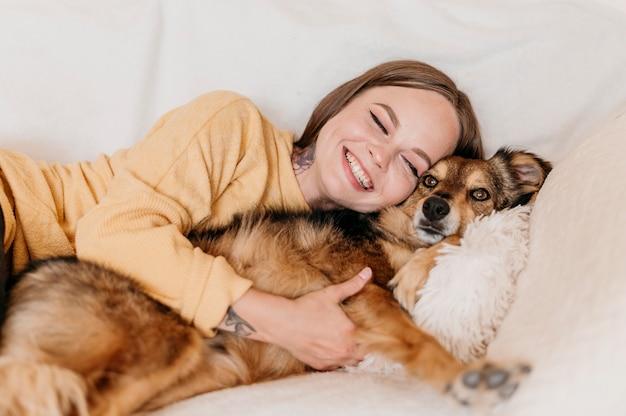 Frau, die entzückenden hund streichelt