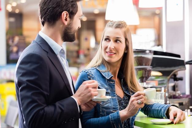 Frau, die espresso im café genießt