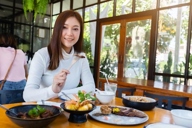 Frau, die essen im restaurant isst