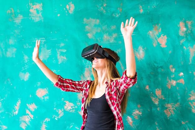 Frau, die etwas mit einer virtual-reality-headset-brille berührt.