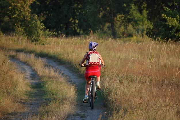 Frau, die fahrrad fährt