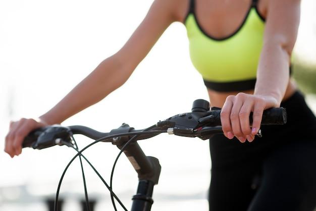 Frau, die fahrrad fährt Premium Fotos