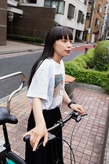 Frau, die fahrrad in der stadt fährt
