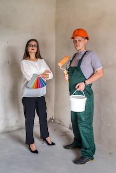 Frau, die farbe für maler auf farbfeld zeigt