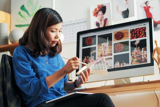 Frau, die farbpalette für das design des projekts wählt