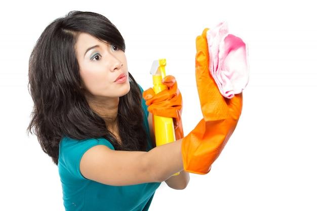 Frau, die fenster putzt