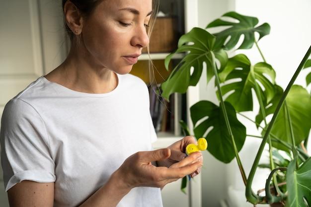 Frau, die feuchtigkeitsspendenden pflegenden balsam auf ihre lippen anwendet, um trockenheit, rissbildung in der kalten jahreszeit zu verhindern