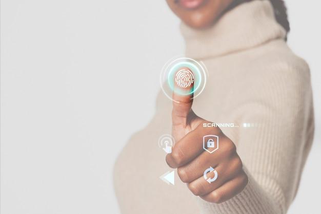 Frau, die fingerabdrücke mit intelligenter technologie der futuristischen schnittstelle scannt