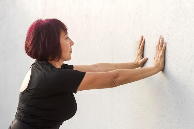 Frau, die fitnessübung für arme tut