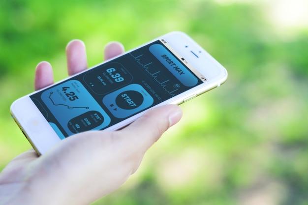 Frau, die fortschritt mit app-gesundheitserfassungstätigkeit auf smartphone überprüft