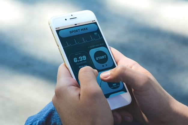 Frau, die fortschritt mit app-gesundheitsverfolgungstätigkeit auf smartphone überprüft