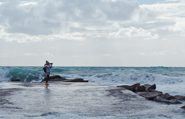 Frau, die foto mit cameron beach während des tages mit meer nimmt