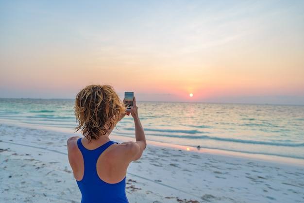 Frau, die foto mit smartphone macht
