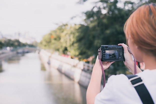 Frau, die foto von stadtbild macht