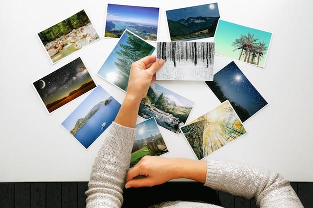 Frau, die fotos betrachtet, erinnert sich an nostalgie für einen ruhetag