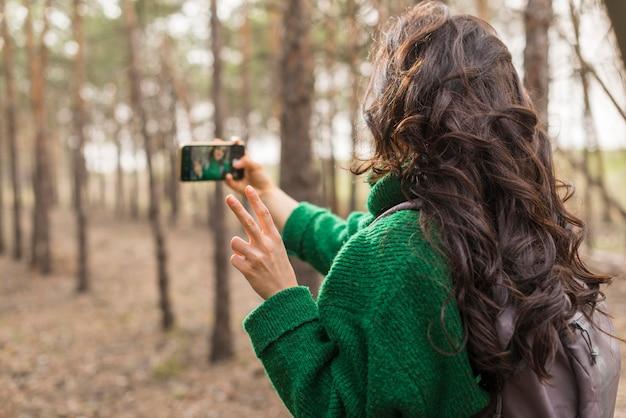 Frau, die fotos der natur macht