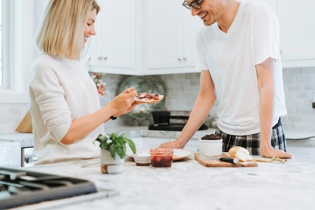 Frau, die frischkäse des strengen vegetariers auf einem toast verbreitet