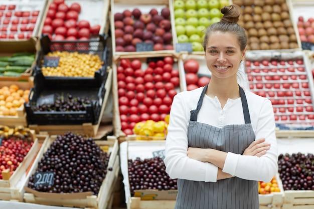 Frau, die früchte und gemüse verkauft
