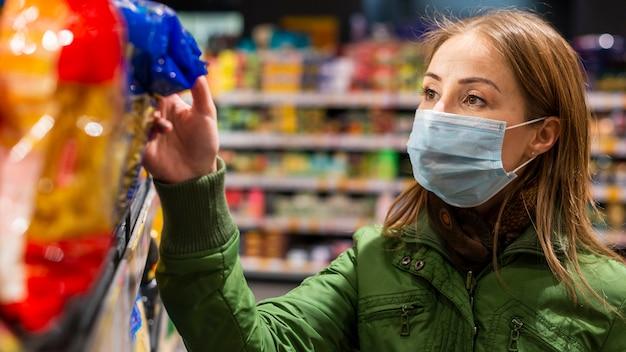 Frau, die für coronavirus-quarantäne vorbereitet