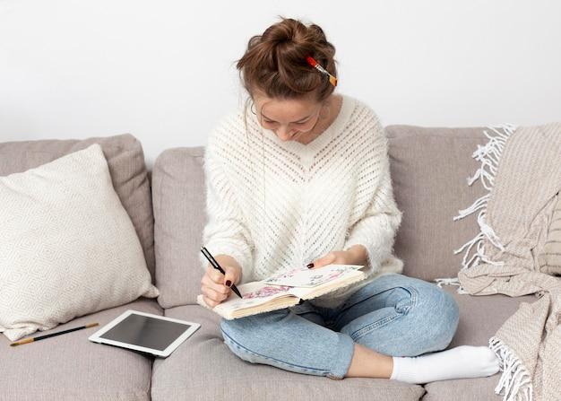 Frau, die für einen neuen blog zeichnet