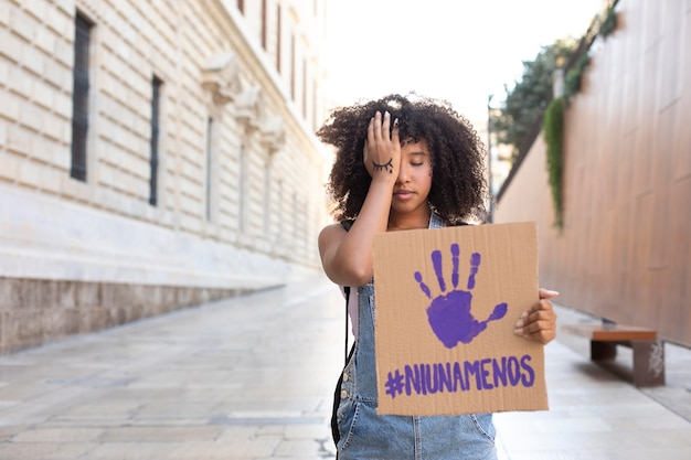 Frau, die für ihre rechte mit kopienraum protestiert