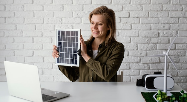 Frau, die für umweltprojektporträt arbeitet