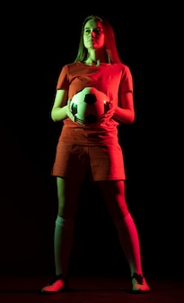 Frau, die fußball hält