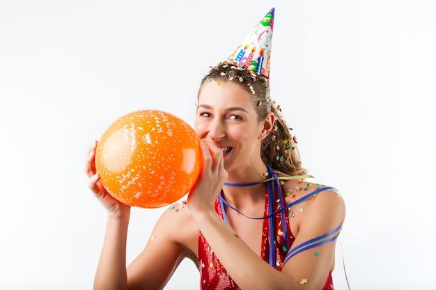 Frau, die geburtstag mit ballon feiert