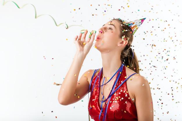 Frau, die geburtstag oder party feiert