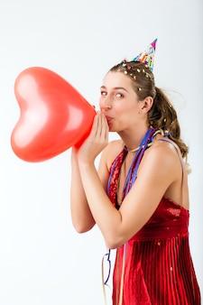 Frau, die geburtstag oder valentinstag feiert