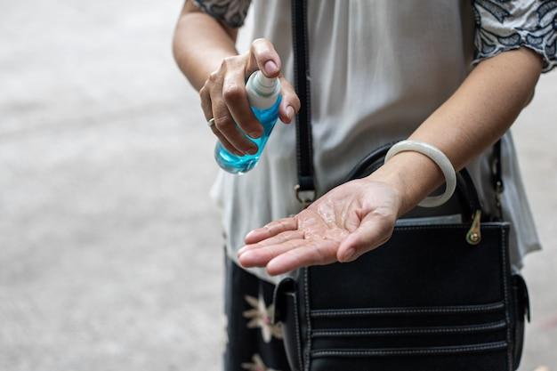 Frau, die gel auf ihren händen pumpt