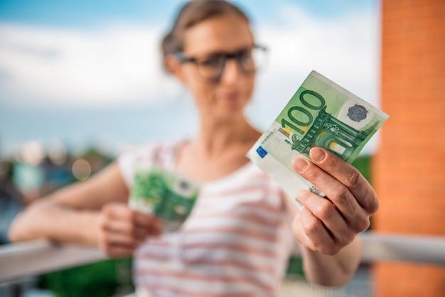 Frau, die geld gibt