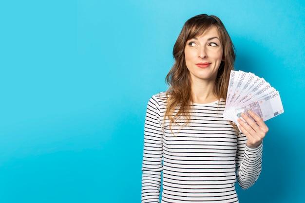 Frau, die geld in ihren händen hält