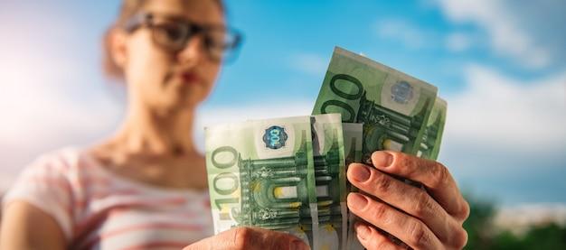 Frau, die geld zählt